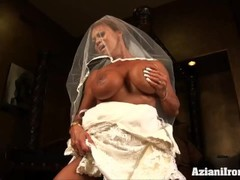 Big sexy bodybuilder rides the Sybian fast and hard in her wedding dress Thumb